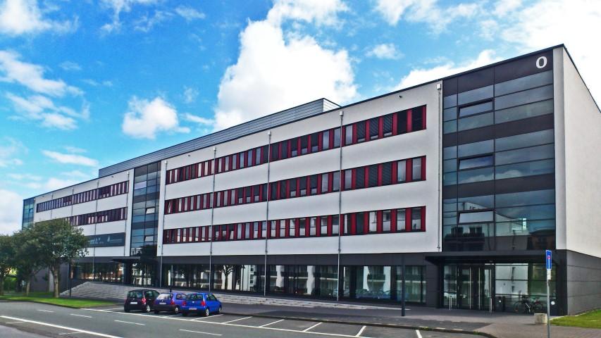 Universitätsgebäude mit Lehrsaal, Schulungsräumen und Serverräumen